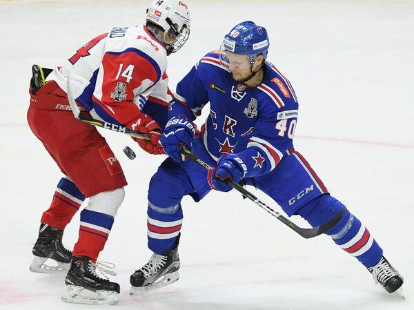 Форвард ХК СКА Евгений Кетов (справа) и нападающий ХК Локомотив Григорий Денисенко