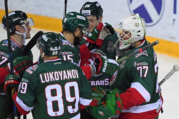 Хоккеисты Ак Барса благодарят вратаря своей команды Эмиля Гарипова (справа)