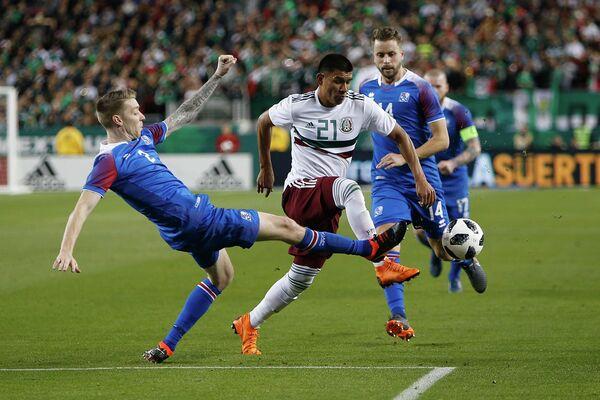 Игровой момент матча сборных Мексики и Исландии