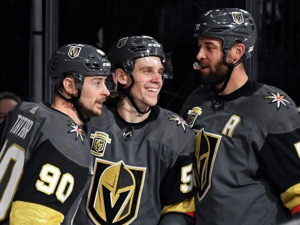 Хоккеисты Вегас Голден Найтс Томаш Татар, Эрик Хаула и Дерик Энгелланд (слева направо)