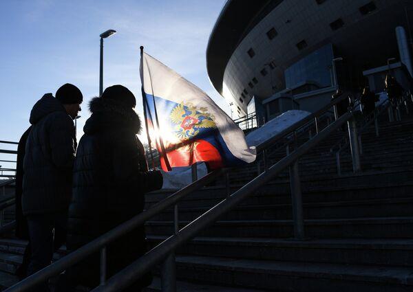 Болельщики у стадиона Санкт-Петербург перед началом товарищеского футбольного матча между сборными России и Франции