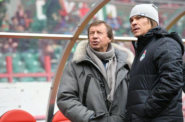 Главный тренер ФК Локомотив Юрий Семин (слева) и тренер Дмитрий Лоськов