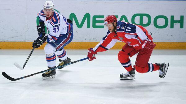 Форвард ЦСКА Сергей Андронов (справа) и защитник СКА Егор Рыков