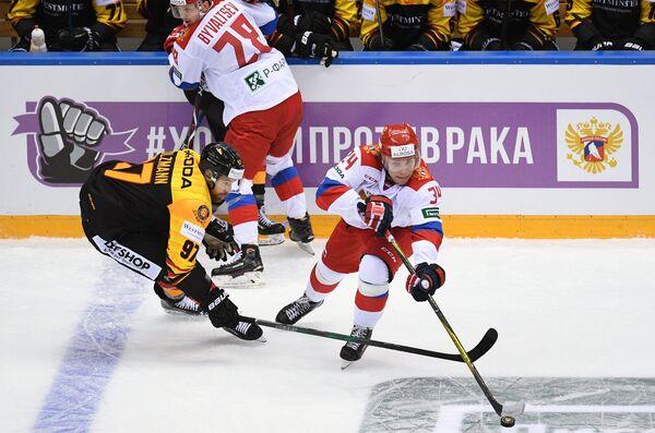 Форвард сборной Германии Томас Хольцман и хоккеисты олимпийской сборной России Алексей Бывальцев и Артём Ильенко (слева направо)