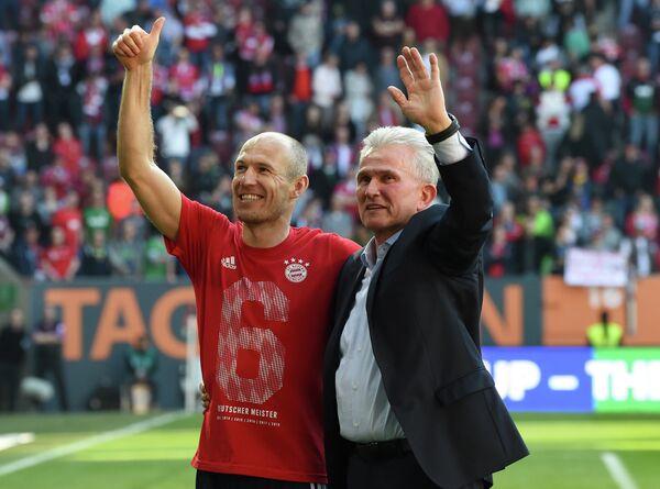 Главный тренер Баварии Юпп Хайнкес (справа) и хавбек Баварии Арьен Роббен