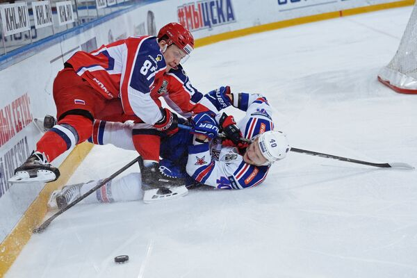 Форвард ЦСКА Андрей Светлаков (слева) и нападающий СКА Евгений Кетов