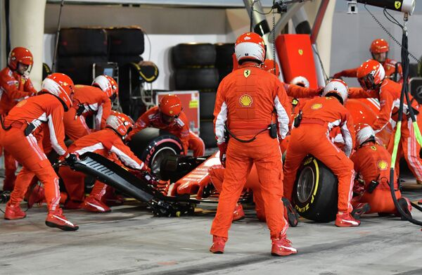 Пилот Феррари Кими Райкконен во время пит-стопа на Гран-при Бахрейна