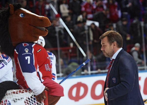 Талисман ЦСКА Конь (слева) и главный тренер СКА Олег Знарок