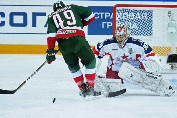Нападающий ХК Ак Барс Роб Клинкхаммер (слева) и вратарь ЦСКА Илья Сорокин