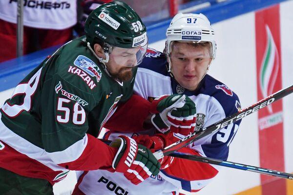 Нападающие ХК Ак Барс Антон Ландер (слева) и ЦСКА Кирилл Капризов
