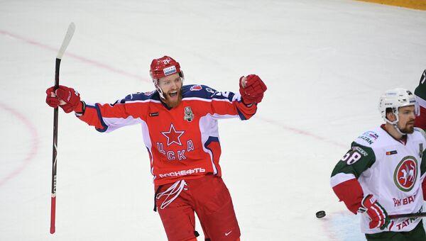 Форвард ЦСКА Михаил Григоренко радуется заброшенной шайбе