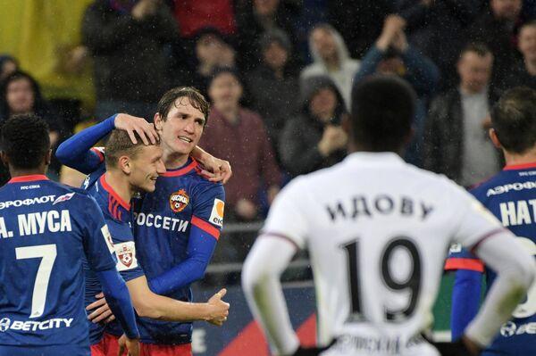 Футболисты ЦСКА Ахмед Муса, Фёдор Чалов и Марио Фернандес (слева направо) радуются забитому мячу