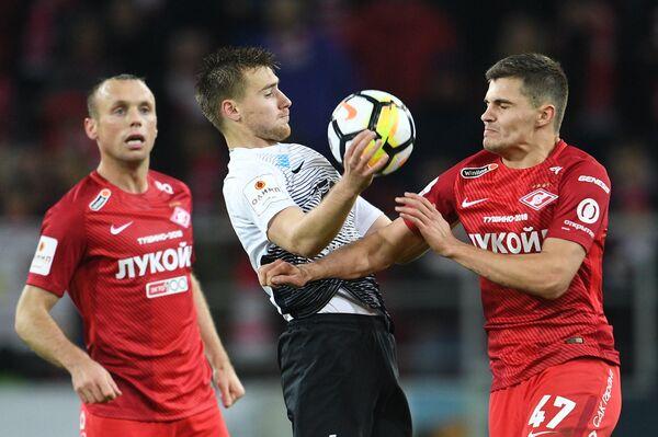 Игроки ФК Спартак Денис Глушаков (слева) и Роман Зобнин (справа)