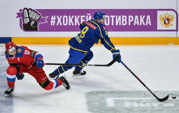 Защитник сборной Швеции Линус Арнессон и нападающий сборной России Виктор Тихонов (слева)