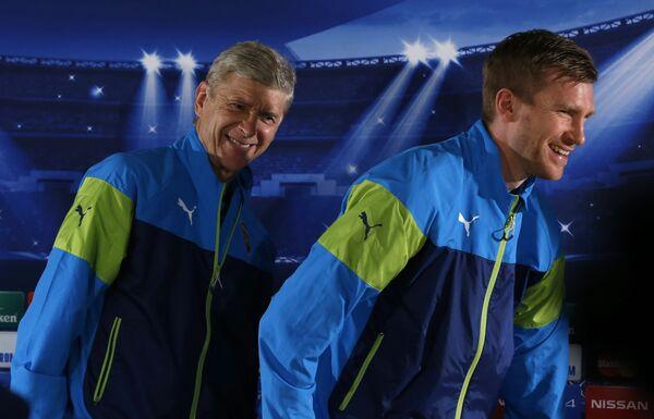 Главный тренер Арсенала Арсен Венгер и защитник клуба Пер Мертезакер (справа)