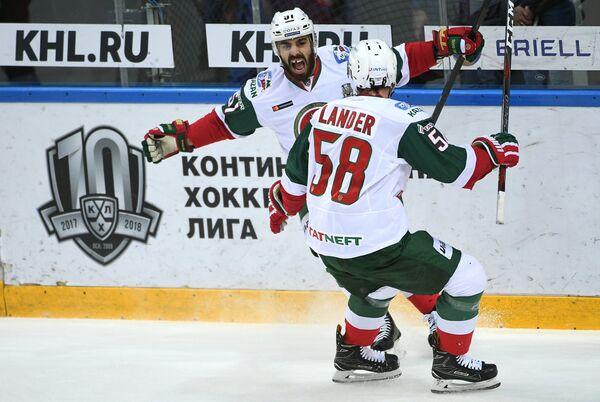 Игроки ХК Ак Барс Джастин Азеведо (слева) и Антон Ландер