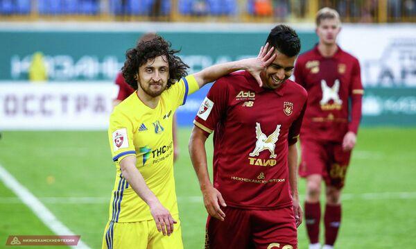Футболист Ростова Хорен Байрамян и полузащитник казанского Рубина Кристиан Нобоа (слева направо)