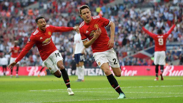 Футболисты Манчестер Юнайтед Джесси Лингард и Андер Эррера (слева направо) радуются забитому мячу