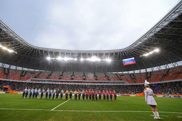 Игроки Мордовии и ижевского Зенита в матче 20-го тура Профессиональной футбольной лиги