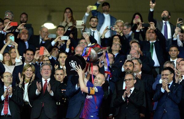 Полузащитник Барселоны Андрес Иньеста (в центре)