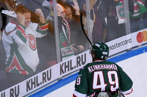Форвард ПХК ЦСКА Роб Клинкхаммер радуется заброшенной шайбе