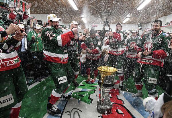 Хоккеисты Ак Барса в раздевалке