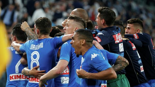 Футболисты Наполи радуются забитому мячу