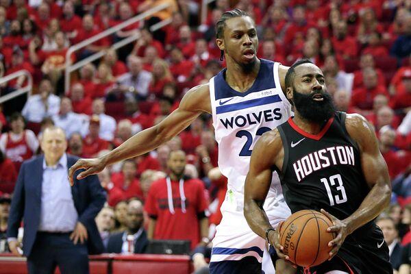 Защитники клубов НБА Миннесота Тимбервулвс Эндрю Уиггинс и Хьюстон Рокетс Джеймс Харден (слева направо)