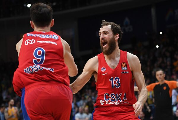 Баскетболисты ЦСКА Лео Вестерманн и Михаил Кулагин (справа)