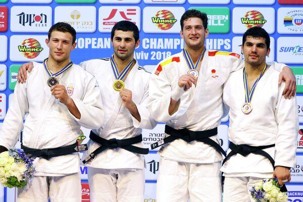 Российский дзюдоист Михаил Игольников (второй слева)