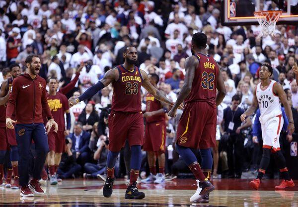 Баскетболисты Кливленд Кавальерс Леброн Джеймс (слева) и Джефф Грин