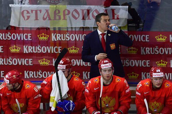 Исполняющий обязанности главного тренера сборной России Илья Воробьев (в центре на втором плане)