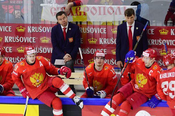 Исполняющий обязанности главного тренера сборной России Илья Воробьев (в центре слева на втором плане)