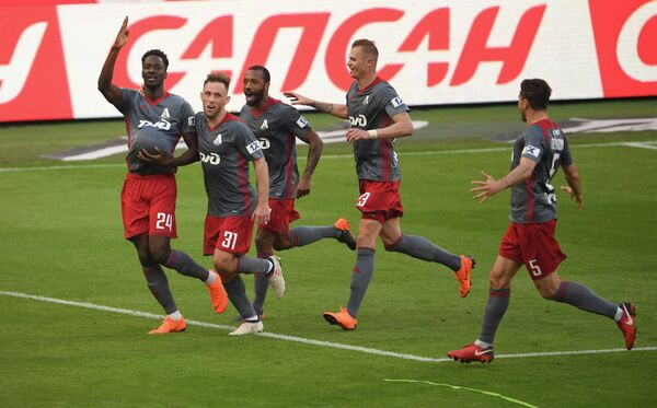 Футболисты Локомотива радуются забитому мячу Антонио Эдера (слева)