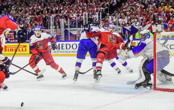 Игровой момент матча группового этапа чемпионата мира Чехия - Словакия