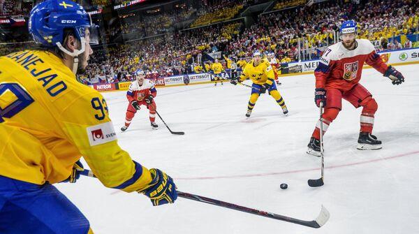 Форвард сборной Швеции Мика Зибанеджад, нападающий сборной Чехии Томаш Гика, нападающий сборной Швеции Рикард Ракелль и защитник сборной Чехии Михал Йордан (слева направо)