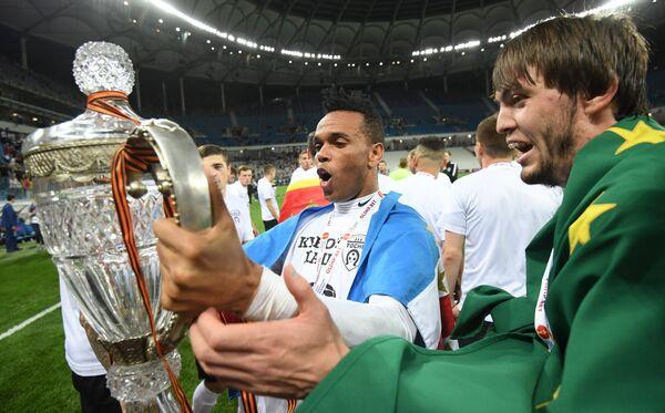 Футболисты Тосно Нуну Роша и Резиуан Мирзов (справа) радуются победе