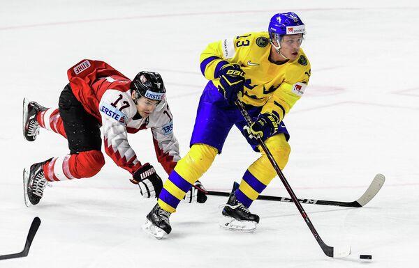 Нападающий сборной Австрии Мануэль Ганаль (слева) и форвард сборной Швеции Маттиас Янмарк