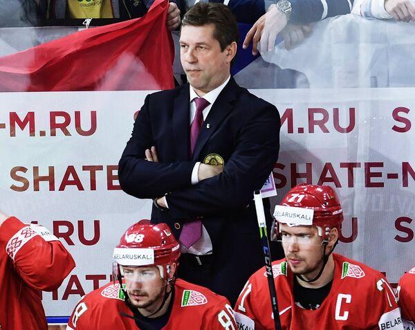 Исполняющий обязанности главного тренера сборной Белоруссии по хоккею Сергей Пушков (в центре) и хоккеисты команды