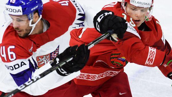 Нападающие сборной Чехии Давид Крейчи (слева) и сборной Белоруссии Артём Демков
