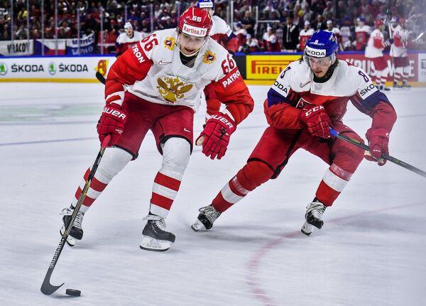 Нападающий сборной России Илья Михеев (слева) и защитник сборной Чехии Либор Шулак