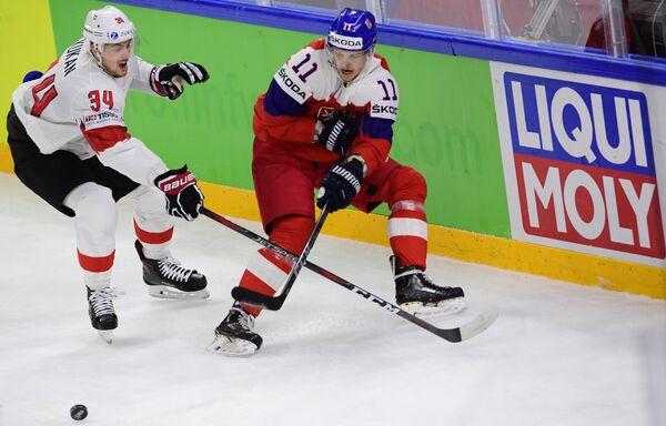 Нападающий сборной Чехии Андрей Нестрашил (справа)