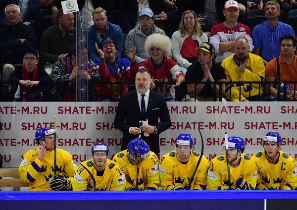 Главный тренер сборной Швеции Рикард Грёнборг (в центре на втором плане)