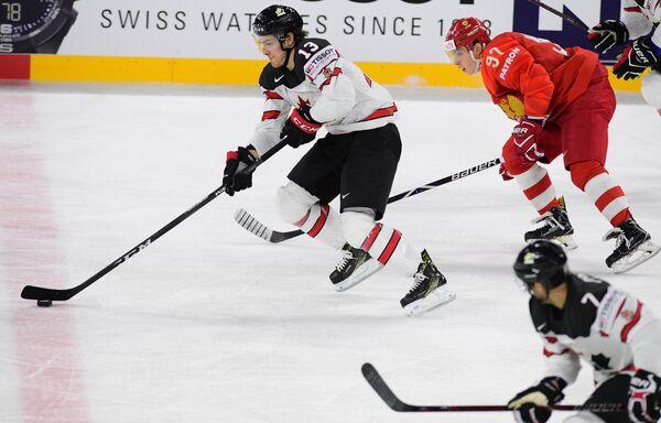 Защитник сборной Канады Мэтью Барзал и форвард сборной России Никита Гусев (слева направо)