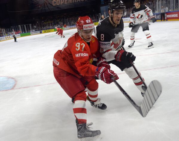 Форвард сборной России Никита Гусев и форвард сборной Канады Кайл Туррис (слева направо)