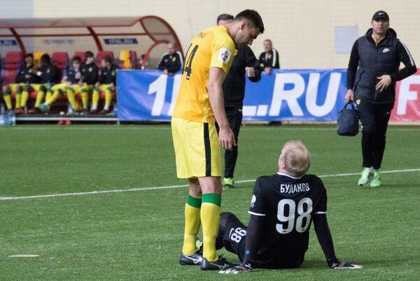 Футболисты Анжи Александр Будаков (справа) и Игорь Армаш