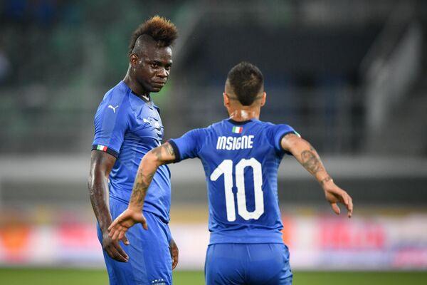 Футболисты сборной Италии Марио Балотелли (слева) и Лоренцо Инсинье
