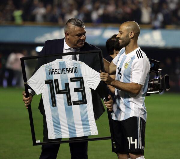 Полузащитник сборной Аргентины Хавьер Маскерано (справа)