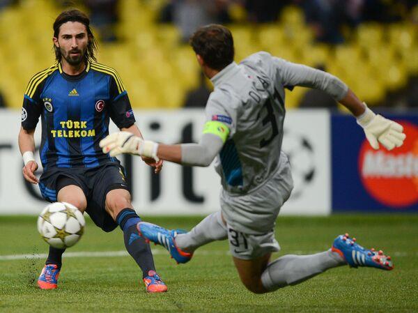 Защитник сборной Турции по футболу Хасан Али Калдырым (слева)