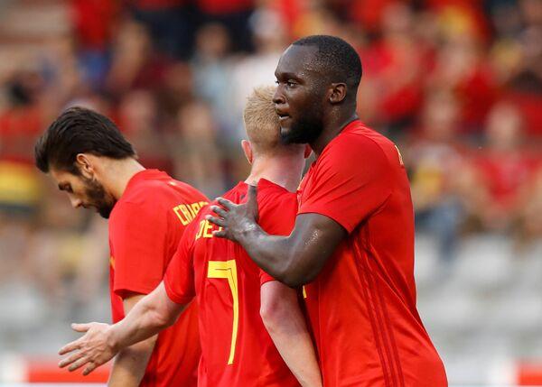 Нападающий сборной Бельгии по футболу Ромелу Лукаку (справа)